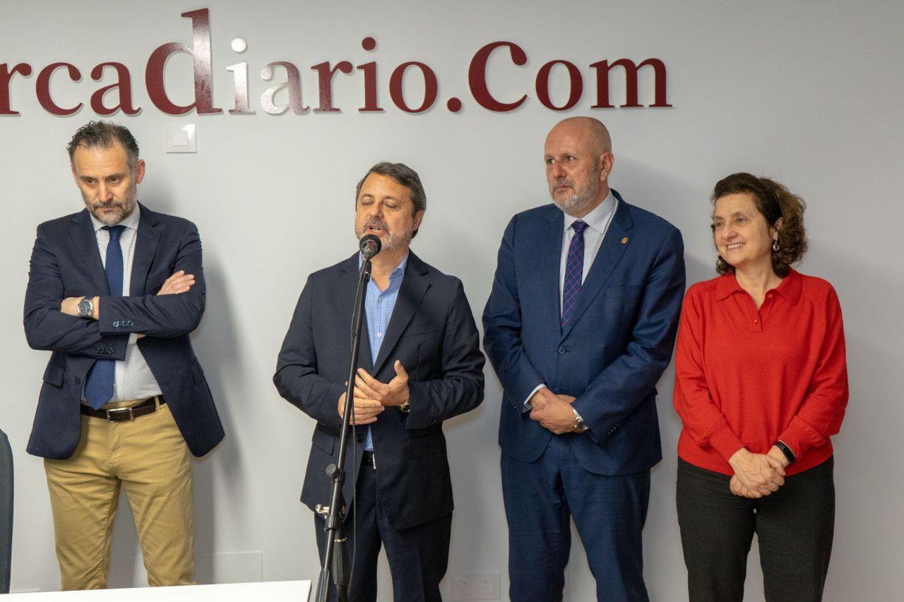 El director del digital, Jose María Castro, durante su intervención junto al presidente del Consell, Miquel Ensenyat, la consellera d'Afers Socials, Fina Santiago, y el editor, Antoni Martorell