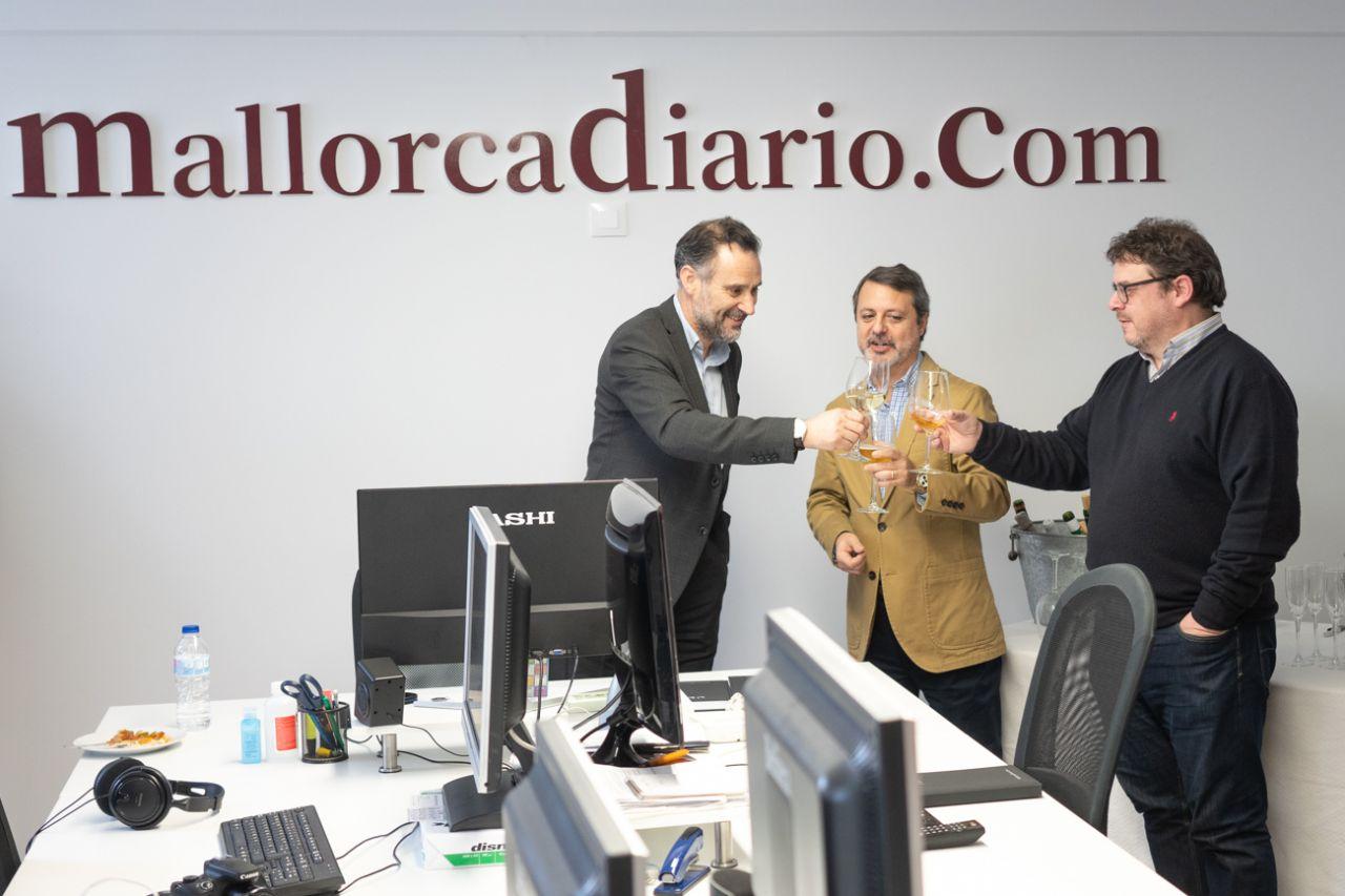 El editor Antoni Martorell, el director José María Castro y el redactor Alfredo Pulido, brindando