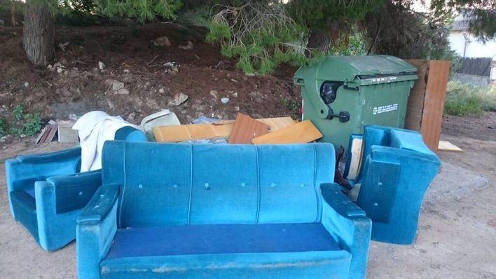 Muebles depositados en la calle para ser recogidos por EMAYA