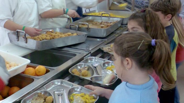 Haciendo cola para comer en el colegio