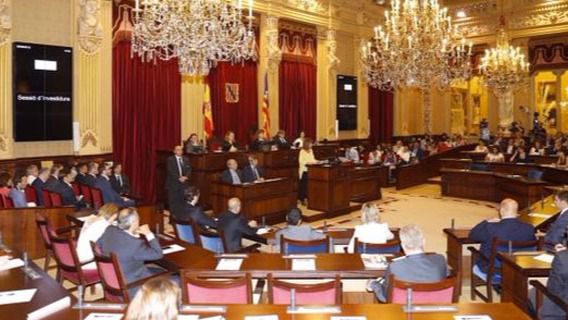 El Parlament elimina la dedicaci�n plena de los diputados