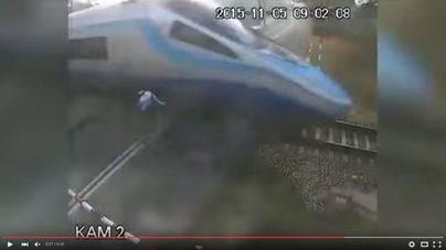 Un ciclista choca contra un tren y sobrevive