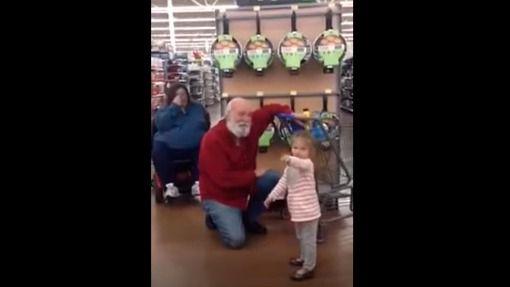 Una niña se encuentra con Papa Noel en una tienda y su reacción enternece