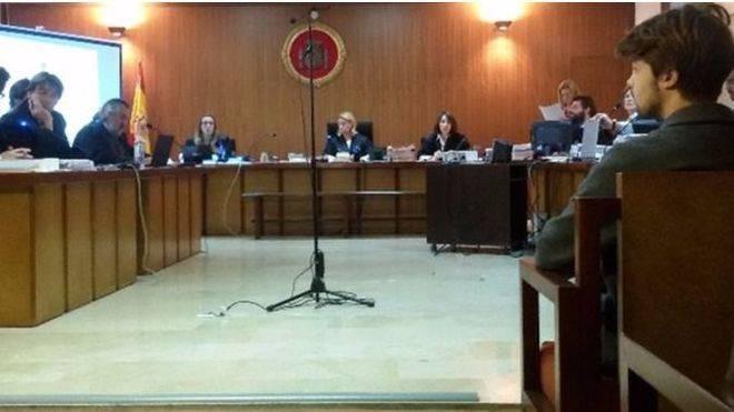 El juez deja en la calle a 'Luisito' pero le prohibe salir del pa�s