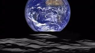 La Tierra se eleva sobre el horizonte lunar en una foto de la NASA