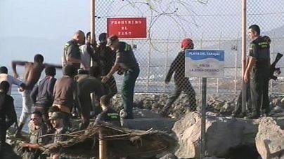 Hospitalizados en Ceuta 12 inmigrantes tras el asalto masivo a la valla