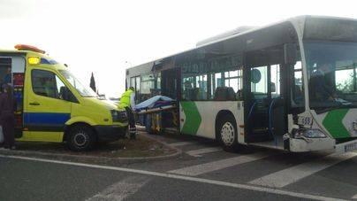 5 heridos en el choque de un bus de la EMT y un coche de alquiler