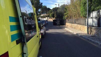 Herida leve una mujer tras volcar su vehículo en s'Arenal