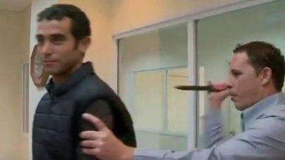 Herido un periodista al prestarse a probar un chaleco antipu�aladas