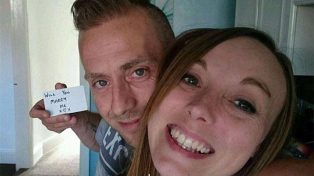 Un hombre pide a su novia matrimonio en 148 fotos sin que ella se entere