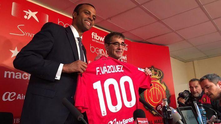 Fernando Vázquez ha recibido ya la camiseta del centenario del club