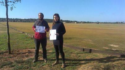 Representantes del GOB en la pista de polo de Sa Barralina, en Campos