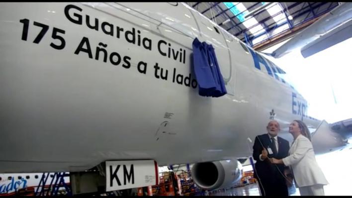 Air Europa rotula uno de sus aviones con los 175 años de la Guardia Civil