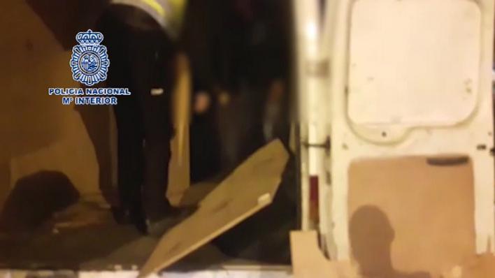 La Policía localiza a cuatro migrantes ocultos en una furgoneta