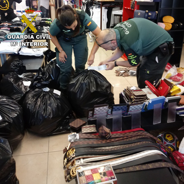 13 personas investigadas por vender más de 2.400 artículos falsificados en Santanyí y Calas de Mallorca