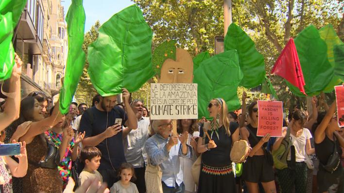 Más de 200 personas exigen la dimisión de Bolsonaro ante el Consulado de Brasil en Barcelona