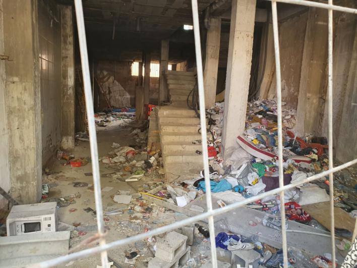 Yonkis y basura en el edificio okupa en Reyes Católicos