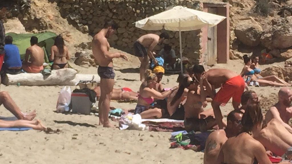 Denunciados cuatro vendedores ambulantes en Cala Saladeta