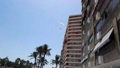 Aterriza con su parapente en la playa de Cullera abarrotada de bañistas