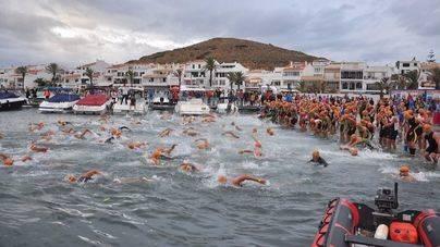 Raúl Amatriaín y Olga Pons ganan el triatlón Half Menorca en Fornells