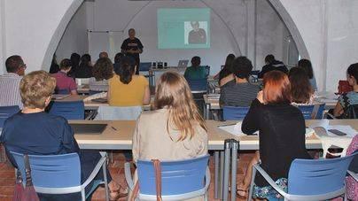 El profesor y activista australiano Simon Chapman explica en Menorca su lucha antitabaco