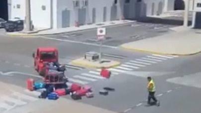 Suspensión de empleo y sueldo para el maletero que maltrata el equipaje en el Aeropuerto de Eivissa