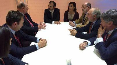 Govern y patronales se han reunido en Fitur