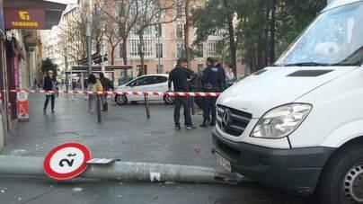 Una furgoneta robada se estrella en plena plaza de España de Palma