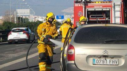 Súbito incendio de un coche en la autopista del Aeropuerto