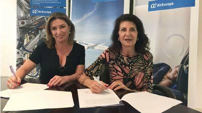 María José Hidalgo y Carmen Planas en el momento de firmar el convenio