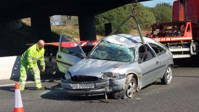 Dos heridos al volcar un coche en la autopista de Andratx