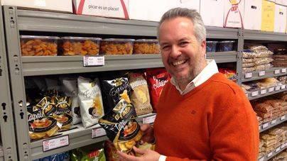Juan Cabot es co-propietario de 007 Snacks
