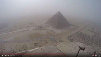 Un escalador sube a lo más alto de la gran pirámide de Keops