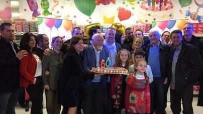 007 Party Store sopla 50 velas rodeados de amigos y trabajadores