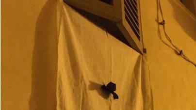 Arranca la campaña reivindicativa de los vecinos de la Seu con carteles, patios tapados y crespones negros