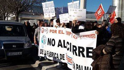 Concentración ante las puertas de la fábrica en el polígono de Son Castelló