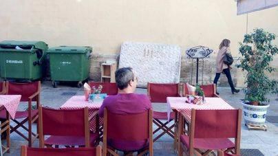 Turistas desayunan junto a los trastos no recogidos por EMAYA