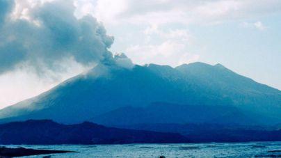 La erupción de un volcán crea una columna de humo de 2 kilómetros de altura