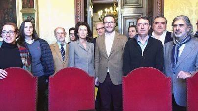 Imagen de las dos delegaciones reunidas en Cort