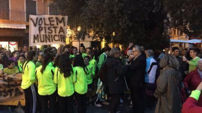 Manifestaci�n en Cort para reclamar una pista municipal de atletismo