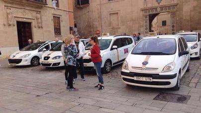 Los vecinos se indignan por los taxis aparcados en el mirador de la Seu