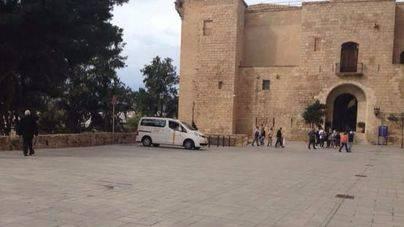 Los vecinos de la Seu recriminan a Cort que nadie controla a los Taxitours en el mirador