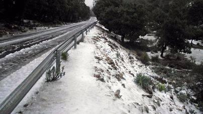 La nieve ha hecho acto de presencia en el Puig Major