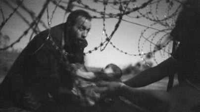 Una foto de refugiados cruzando la frontera gana el World Press Photo