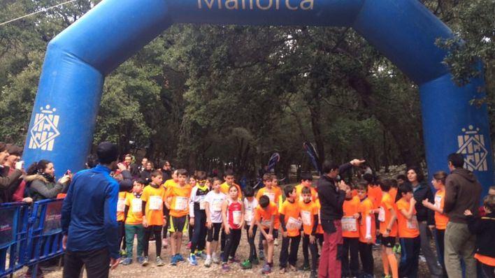 160 niños toman la Serra en una carrera infantil