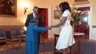 Obama y su mujer se marcan un baile con una mujer de 106 años