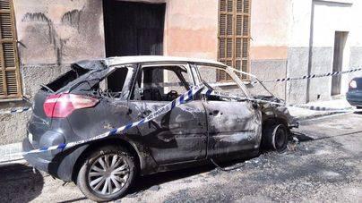 Un incendio alcanza cinco coches, dos motos y una vivienda en Manacor