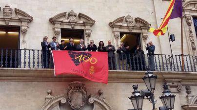 La bandera del centenario del Mallorca ondea en Cort