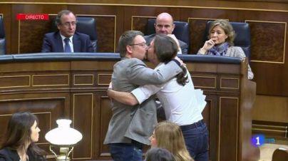 Iglesias y Doménech dejan atónito al Congreso con un beso en la boca