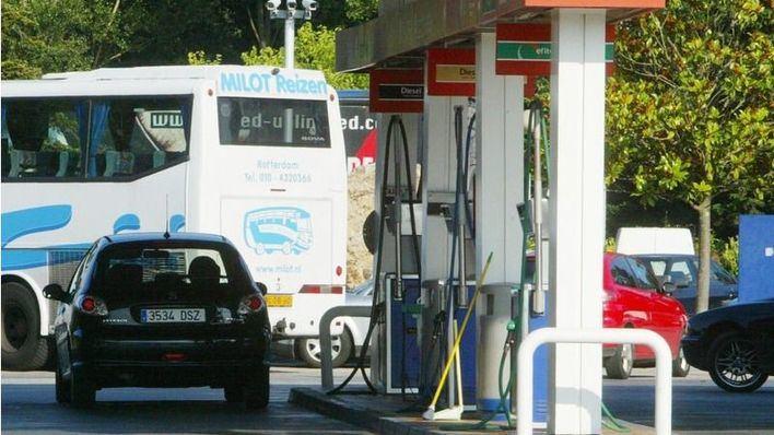 Un niño pide ayuda en una gasolinera porque su madre conducía bebida